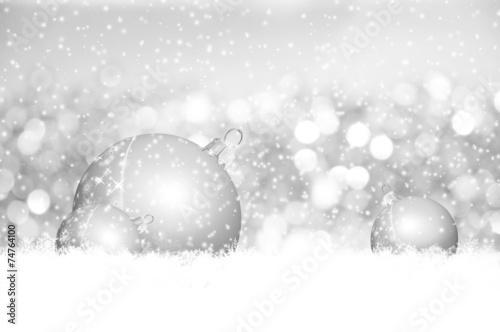 Silberne Weihnachtskugeln.Silberne Weihnachtskugeln Liegen Im Frischen Schnee Kaufen