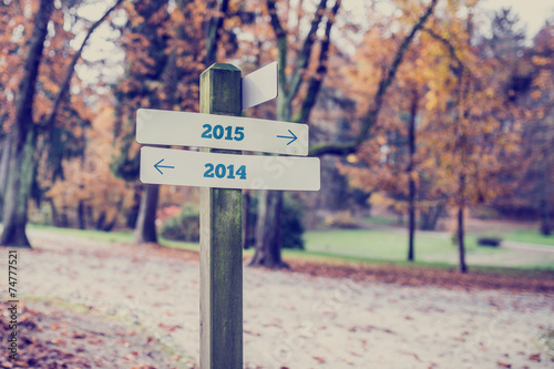Fotografia  Opposite directions towards year 2014 and 2015