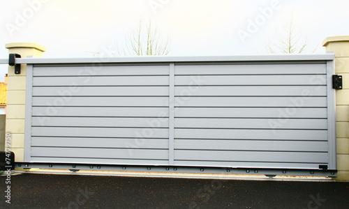 Obraz portail moderne en aluminium gris - fototapety do salonu
