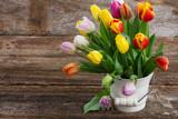 Wiaderko z kolorowymi tulipanami