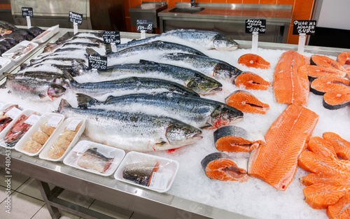 La pose en embrasure Poisson Raw fish ready for sale in the supermarket