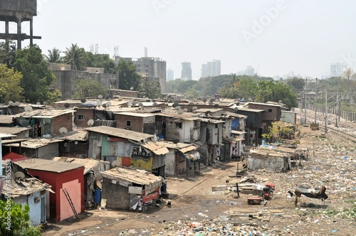 Photo Ramshackle huts in Mumbai's slum Dharavi