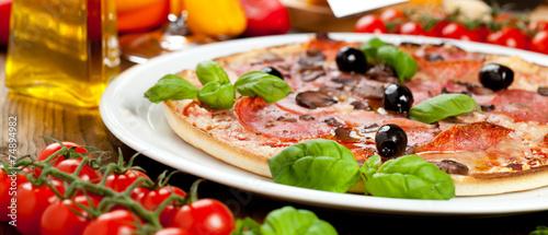 Foto op Plexiglas Pizzeria Leckere Pizza auf dem tisch