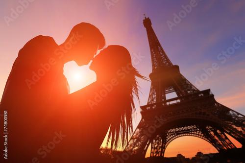 romantyczni-kochankowie-z-wieza-eiffla