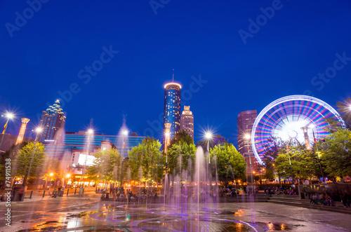 Plakat Centennial Olympic Park w Atlancie podczas niebieskiej godziny po zachodzie słońca