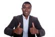 Afro Amerikanischer Geschäftsmann hält lächelnd Daumen hoch