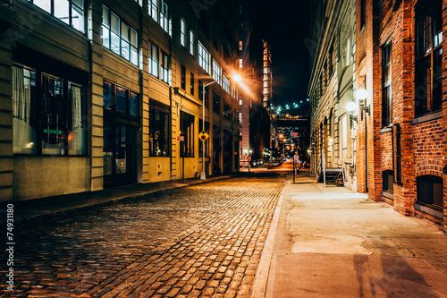 An alley at night, in Brooklyn, New York. Canvas-taulu