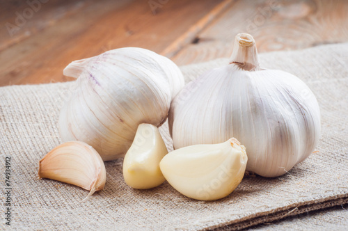 Fotografía  Organic garlic whole and cloves on the wooden background