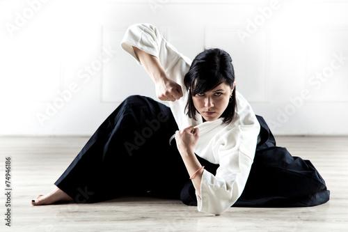 Fotografie, Obraz  Krásná žena na sobě hakama cvičit Aikido