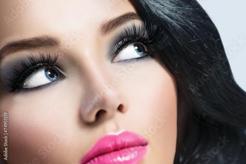 brunetka-dziewczynka-z-zdrowe-czarne-wlosy-i-idealny-makijaz