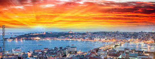 Photo  Wonderful panoramic view of Istanbul at dusk across Golden Horn