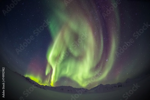 Photo  Beautiful Northern Lights over the Arctic mountains and glaciers