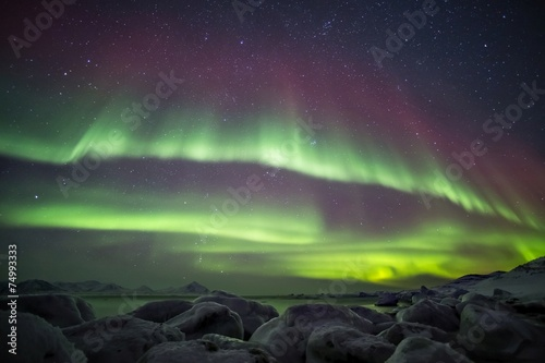 Photo  Beautiful Northern Lights over the Arctic frozen fjord
