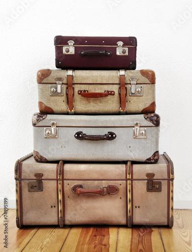 Alte koffer kaufen sie dieses foto und finden sie - Alte koffer dekorieren ...