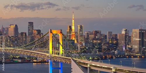widok-na-zatoke-tokio-rainbow-bridge-i-wieze-tokyo-tower