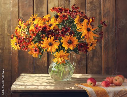 letnia-kompozycja-zoltych-i-pomaranczowych-kwiatow-w-wazonie