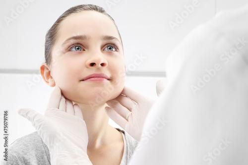 Fototapeta Dziewczynka w gabinecie lekarza pediatry, badanie lekarskie obraz