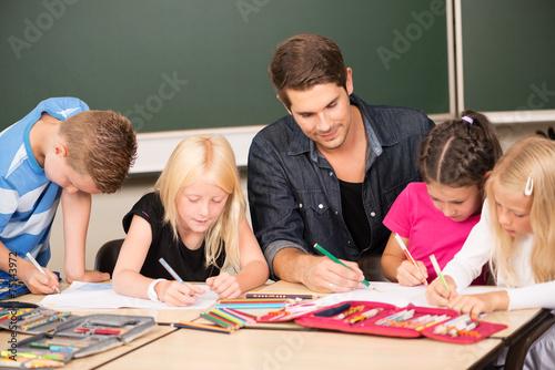 Lehrer hilft in der Grundschule Slika na platnu