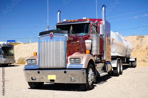 obraz PCV Wielkie amerykańskie ciężarówki na parking naziemny. Stan Nevada. USA.