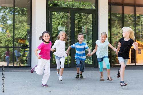 Kinder laufen auf dem Schulhof плакат