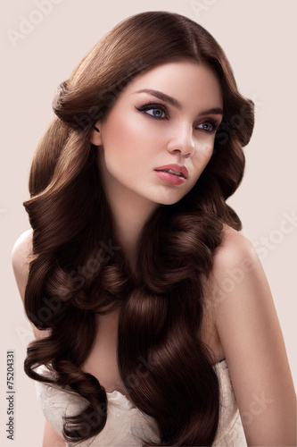 Photo  Hair. Portrait of Beautiful Woman with Long Wavy Hair. High qual