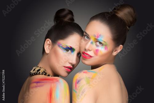 dziewczyny-malowanie-farba-w-kolorze-makijazu