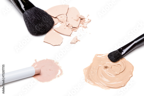 Fotografía  Concealer, foundation and powder with brushes