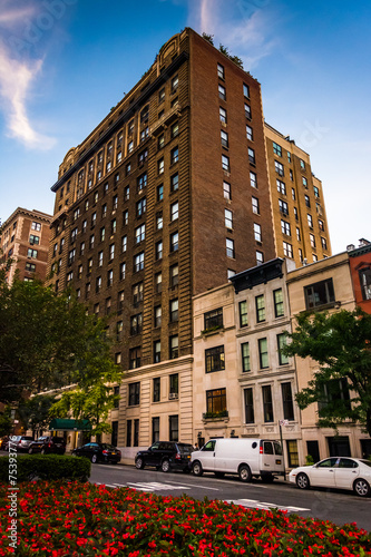 Photo Stands New York Buildings along Park Avenue in Upper East Side, Manhattan, New Y