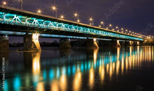 podswietlony-most-noca-i-odbity-w-wodzie-bridge-gd