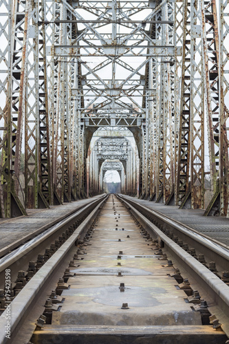 Wagony kolejowe przechodzące przez most