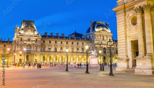 Photographie  Paris, Louvre Square at night