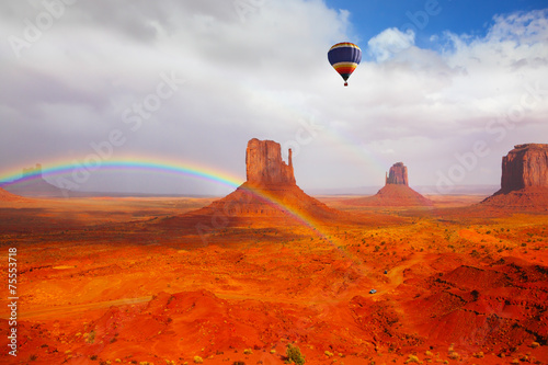 Keuken foto achterwand Rood traf. Huge balloon flies over Red Desert