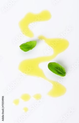 Photographie Olive oil drizzle and basil leaves