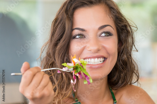 Spoed Foto op Canvas Kruidenierswinkel Smiling Woman On A Diet