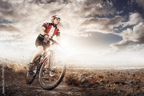Foto  Mountain Bike cyclist riding single track