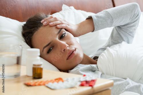 Photo Ill woman feeling headache