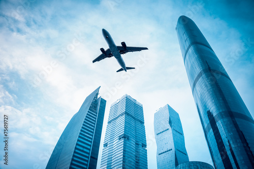 Photo sur Plexiglas Avion à Moteur airplane with modern building