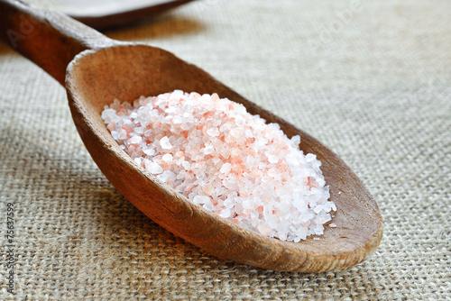 Fényképezés  cucchiaio di legno con sale rosa