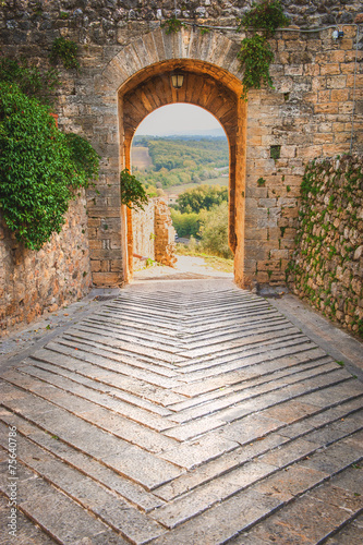 Fototapeten Schmale Gasse Exit the town of Monteriggioni with views of the Tuscan landscap