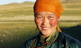 Piękna młoda mongolska dama późnego popołudnia koncepcja - 75671303