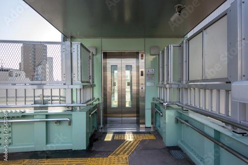 Valokuva  横断歩道橋のエレベーター