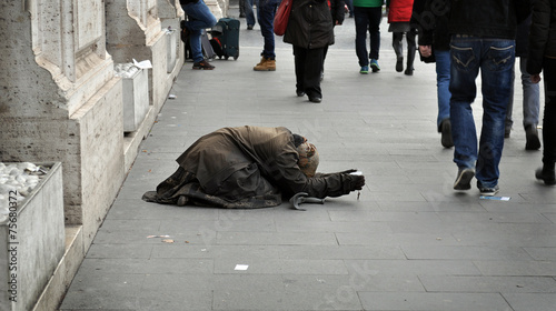 Canvastavla Donna chiede elemosina in strada nell'indifferenza dei passanti