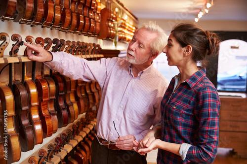 Montage in der Fensternische Musikladen Salesman Advising Customer Buying Violin