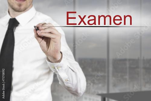 Foto  Geschäftsmann in Büro schreibt Examen in die Luft