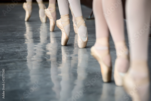 Legs dancers Canvas-taulu