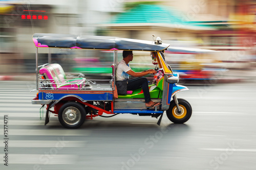 Keuken foto achterwand Bangkok Tuktuk aus Thailand in Bewegungsunschärfe