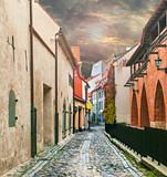 Średniowieczna ulica w starym Ryskim mieście, Latvia, Europa - 75779978