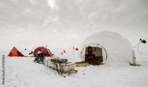 Foto auf Gartenposter Antarktika Dive camp of a polar research expedition