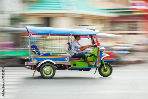 Photo  traditioneller Tuk Tuk in Bangkok in Bewegungsunschärfe