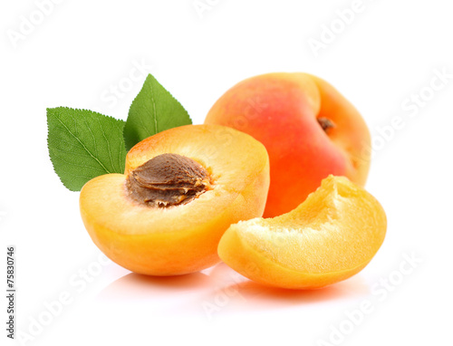 Ripe apricots with slice Fotobehang